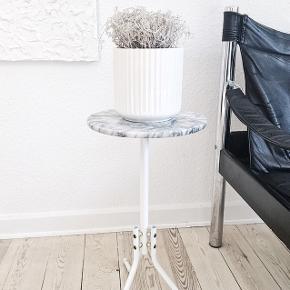 Rigtig fin marmor plantestand / sidebord / planteopsats / sofabord i flot stand, men med få brugstegn - se billeder af små overflade ridser på detalje billedet. Det er ikke noget man lægger mærke til, eller ser når man bruger den jo. Ingen misfarvninger i marmoreret.  Stellet er hvidlakeret metal  Måler 53cm i højde Pladen 26cm i bredden  Skal hentes i 8340 malling eller 8000 Aarhus C