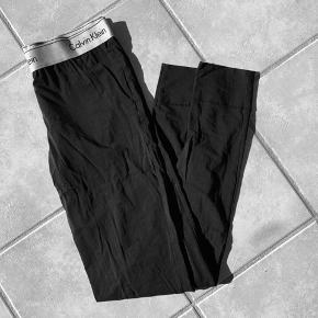 Sorte Calvin Klein natbukser Størrelse XS Der er et lille hul, hvilket har betydning på prisen - ellers fin stand