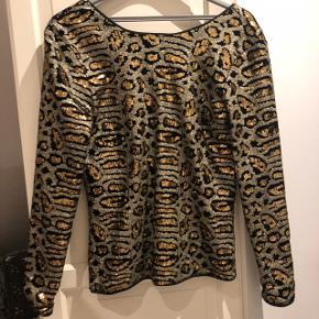 Fest glimmer trøje, med lav ryg. Aldrig brugt  Np.800 kr Mp. 250 kr