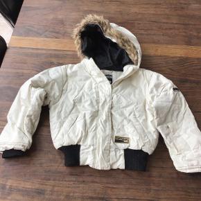 kort vinter jakke fra Nanok, der er små pletter på