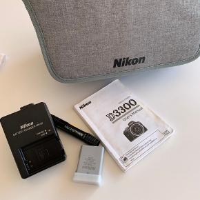 Nikon kamera D3300, 3 år gammel, men kun brugt få gange. Der medfølger 2 batterier og oplader (oplader er dog UK stik da den er købt i England), taske, linsepudser, 32g memorie Card.  Kom med er bud!