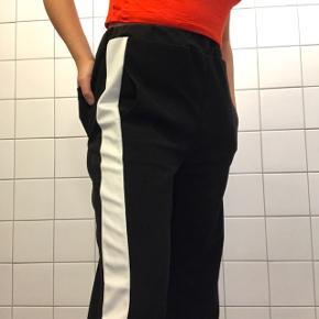 White striped pants sort og hvid 🌻 Mærket er ukendt, siderne kan man åben men ikke hele vejen op 😁   Størrelse S og den er elastisk 🌸  Længde: 96 CM  Fejler intet og ingen pletter 👌🏼  Prisen er inkl. fragt hvis den skal sendes 💸  Sender med DAO 📦