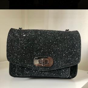 Super fin Zadig & Voltaire Skinny Love Glitter XS taske i sort læder og glimmer. Aldrig brugt. Nypris 2200 kr.
