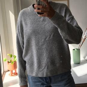 Sælger denne lækre sweater fra H&M. Den er brugt, men fejler intet. Fra ny koster den 250,- Kom med et bud:))  Skriv endelig for flere billeder eller spørgsmål:))