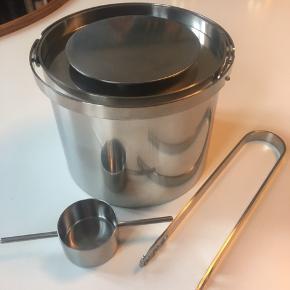 Stelton - Arne Jacobsen isspand 1 liter med vippemål og istang i meget flot stand.   Sælges samlet.