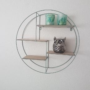 """Cirkulær hylde fra Søstrene Grene Materiale: Træ og metal Farve: """"Grågrøn""""  Sættes op med to skruer.  Sælges fordi den blot har hængt på væggen uden noget større form for brug.  Kan afhentes på Nørrebro."""