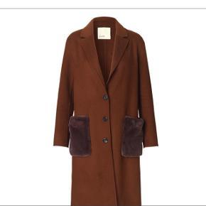 Brugt 3-4 gange. Fejlkøb. Ny pris 2000,- nu 800 Uld frakke fra Levanté Room med fair fur lommer.  Ved køb af minimum 3 ting fra min profil betaler jeg Porto