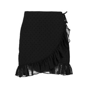 """Sælger denne fine nederdel fra Envii. Modellen hedder """"Envadia Skirt"""", og den har de smukkeste deltaljer.  Den er i en størrelse M, og synes den passer til størrelsen. Desuden er den blevet brugt højest 3 gange, hvorfor standen er super fin.  Der kan sagtens sendes flere billeder af egen nederdel, hvis det ønskes. 🦋"""