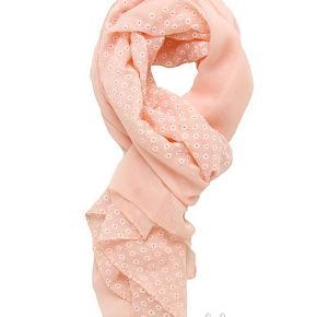 Tørklæde med små Daisy blomster Farven er sart lyserød  Str.: 68 cm x 170 cm  PRISER ER INKL. LEVERING I DK  ¤¤¤ PRISEN ER FAST ¤¤¤