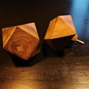 2 stk. knager/knopper i massiv træ 6x6 cm Mærke: Hübsch Gevind medfølger Sælges kun samlet Angivet pris er for 2 stk. Kan afhentes i Esbjerg. Kan også sendes- køber afholder fragt