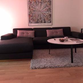 Lækker og yderst velholdt 3.pers sofa, med chaiselong i venstre side, fra Bolia. Den populære model Sephia, i antracit grå stof, i en slidstærk blanding af bomuld og polyester. Hynder i skum og sokkel i olieret eg. Sofaen er brugt, men står nærmest som ny. Kommer fra ikke ryger og dyrefrit hjem.
