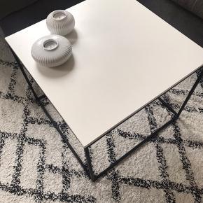 Super fint bord brugt som sofabord. Det har lidt mærker i hjørnerne (se billeder), ellers fejler det intet. Har været brugt halvandet år, kommer fra ikke-ryger hjem. H:42 B50 l:50