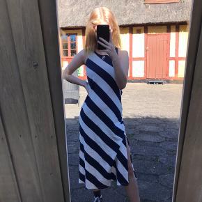 H&M kjole med slids i begge sider str xs/34  Brugt 3-5 gange. Helt perfekt stand