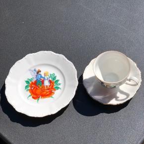 H.C Andersen stel. 5 sæt smukke kaffekopper med tilhørende underkop og desserttallerkener. Alle i perfekt stand og uden skader og skår.  Pr. Sæt 100,- Køb alle 5 og få rabat.
