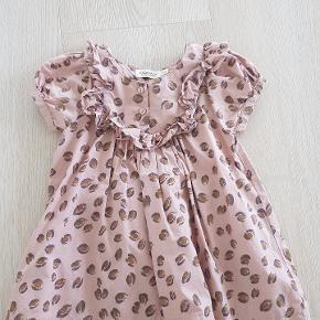 Super fin kjole str 1 til 1,5 år.  I pæn stand.  Kan sende med Dao på købers regning   Handler helst via MobilePay ellers betaler køber gebyret