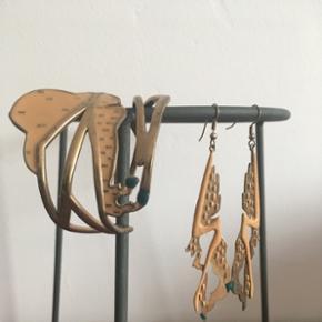 Smykkesæt fra Pilgrim: øreringe og armbånd. Stadig til salg. Længde på øreringe: 10,5cm Nypris: 800kr.