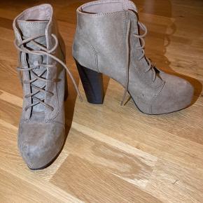 Vilde plateau heels! Ikke særlig brugte. Hælen måler ca 8,5 cm målt på indersiden og har ca 4 cm plateau.