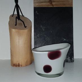 Fin skål i mundblæst glas. Hvid med lilla prikker. 8/10 cm høj, 12 cm i dia