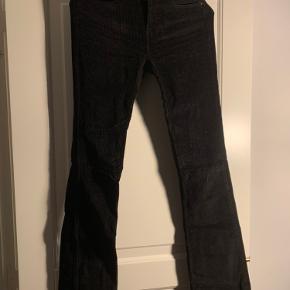 Fede fløjlsbukser i sort. Masser af stretch i  Jeg er 1.72 og vejer 65 kg. Bruger normalt small/medium. *dette item kan benyttes i mit 3-for-100 tilbud