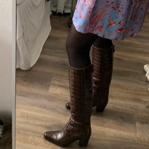 Sælger disse ganni støvler til 3500 pp. Ellers sælges de ikke!  Bytter gerne med en str 40 eller 41 i samme model  Denne støvle er en 39  Np 4600  Mp 3500 pp
