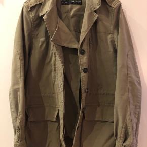 Let oversize army jakke med en masse fede detaljer.