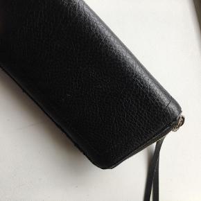 Jeg sælger denne flotte pung fra Calvin Klein. fin stand, som fremgår på billederne. Nypris 750