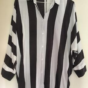 Skjorte fra American Vintage. Str. M/L. Brugt få gange. I pæn stand. Kan sendes på købers regning eller hentes i Helsingør eller på Frederiksberg.