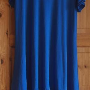 Varetype: Tunika eller kort kjole flot, smart og lækker Farve: Se billed  Flot, lækker tunika eller kort kjole str. L der står XXL i den men syntes mål passer til en L der er strech i den den er kort foran og lang bagpå se mål  Se billed.  Der står ikke i den hvad den er lavet men det minder om noget chiffon blødt stof  MÅL :  Bryst : ca 52 x 2 cm  Længde for : ca. 78 cm. Længde Bag : ca. 101 cm  lyset drillede da jeg tog billedet. derfor er den lys på noget af billedet.  Mindstepris : 60 kr plus porto Porto er 37 kr. med DAO uden omdeling  Bytter Ikke