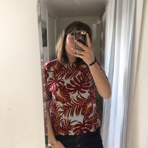 fin t-shirt med fine blomster - kun brugt et par gange