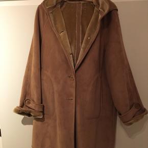 Lækker rulamsfrakke med aftagelig hætte. Har to små pletter (se billeder). Nypris 1300kr BYD