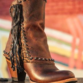Brand: Lane Varetype: Cowboystøvler Farve: Brun Oprindelig købspris: 3400 kr. Kvittering haves.  De fedeste cowgirls boost i det smukkeste læder.   Købt og sendt til dk fra USA   Ny pris  3400 kr