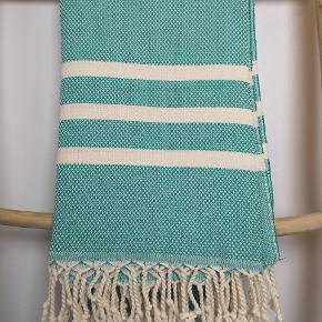 WEEKEND TILBUD 2 STK 300KR  Helt nye lækre Hammamhåndklæder i turkis-grøn farve. Håndklæderne er produceret i 100 % økologisk bomuld med miljørigtig indfarvning (olier uden kemikalier).  Håndklæderne måler 100 *180cm Super lækre.  Kan vaskes på 60grader. Stk. Pris 160kr 2 STK. TILBUD 300KR (ved TS pålægges et mindre gebyr)   Sender gerne med DAO. Kan afhentes i Fredericia eller Pjedsted.