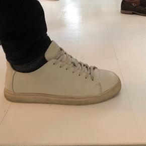 En hvid læder sneak med let struktur. Sålen er knækket hvid. Utrolig komfortable.  OBS! Ønskes handlen gennemført i TS, afholder køberen gebyret.