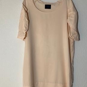 Fin kjole i lækker kvalitet og med lommer i siderne.   BYD :-)