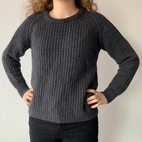 Dejlig og varm sweater lavet af 60% uld og 40% nylon. Fitter også en S.