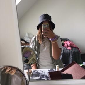 Mørkegrå bøllehat / bucket hat med guldfarvet broderet bi  Str. M/56