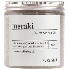 Meraki Guérande Sea Salt 250 gr. Normal pris 80 kr .. Min pris 40 kr :) Meraki Guérande Sea Salt er en scrub til kroppen, et mix af denne og Meraki Pure Multi Oil så har du den helt perfekte scrub. Eksfoliering har flere fantastiske fordele, det styrker blodomløbet, fjerner døde hudceller og affaldsstoffer fra hudens overflade, så det gør det nemmere for huden at optage den fugt der tilføres. Få derfor meget mere ud af din krops creme hvis du jævnligt får eksefolieret din hud. Velegnet til alle hudtyper og vil efterlade din hud blødere, friskere og sundere. Meraki Guérande Sea Salt er i en stilren og smart bøtte der gør, at den passer perfekt med resten af produkterne fra Meraki så du får en virkelig flot og ren stil på badeværelset.  Fordele:  Bodyscrub Spreder en frisk aroma på hele badeværelser Virker eksfolierende på huden Fjerner døde hudceller og affaldsstoffer fra hudens overflade Styrker blodomløbet Nemmere at optage fugt i huden Blødere, friskere og sundere hud Stilrent og smart design Uden parabener, farvestoffer, SLS og hormonforstyrrende stoffer Uden parfume Velegnet til alle hudtyper Anvendelse:  Fugt huden og ta en lille håndfuld Meraki Guérande Sea Salt blandet med Meraki Pure Multi Oil Masser den fugtige hud i cirkulære bevægelser Find Meraki Pure Multi Oil her Anvend den 1-2 gange i ugen for bedste resultat Advarsel! Må ikke bruges i ansigtet
