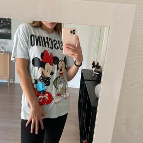 Fin t-shirt fra H&M x Moschino i str. S 👍🏼 - se også mine mange andre annoncer med tøj og sko 🤗