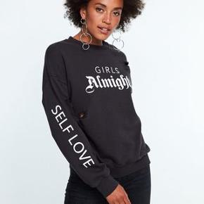 Fed oversize sweatshirt med ripped detaljer.  Giv et bud