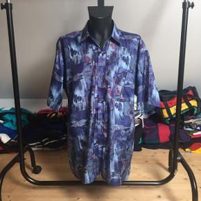 Lækker retro Thai silk skjorte af den helt gamle slags! Det kan dog ikke ses på den, da den er i god stand.  Den kortærmede skjorte er L og vil garenteret få alle dine venner til at misunde din fede vintage stil!   Se også mine andre annoncer med retro trøjer, jakker og tasker fra f.eks. H2O, Nike og adidas 😉