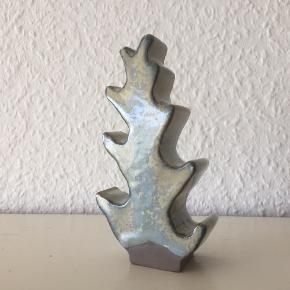 """Unikt håndlavet keramik træ  i serien """"Vindblæste Træer"""" af Cille Colberg / Colberg Ceramic Studio.  Colberg skriver: """"Jeg bor tæt ved Vesterhavet og i landskabet ved og nær havet, får jeg inspiration. Naturen i Vendsyssel, bliver udsat for lidt af hvert. Ingen dage er de sammen og vinden kan veksle den blideste brise til den hårdeste kuling. Den hårde blæst fra vest påvirker træerne og efterlader et spændende landskab af træer. Træerne laves i et væld af farver og kan stå fremme året rundt. Det er den fine lille nips ting, der ikke skriger i øjnene, men samtidig er en dekorativ genstand, der giver lidt spræl."""".  Kilde: http://www.cillecolberg.dk/vindblaeligste-traeliger.html  FAQ - Aktiv annonce = ikke solgt. - Bud er velkomne. - Bytter ikke. - MP = se prisen eller byd. - Røgfrit og dyrefrit hjem. - Betaling: Mobilepay el. kontant. - Afhentning: Fuglebakkevej i Århus. - Mødes ikke og handler andre steder. - Forsendelse: DAO, GLS el. Postnord mod forudbetaling. Køber betaler porto. - Købes som beset. Ingen returret.  Jeg ser frem til at handle med dig :-)"""