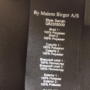 Smuk sort bluse fra Malene Birger i st. 38. Blusen er rummelig og passer til alt. Stylenavn: Sanah - materialet er 100% Polyester - Blusen er meget nem, den skal blot i vaskemaskinen og hænges våd op, så er den klar igen. Krøller ikke og skal  ikke stryges. Blusen har nogle meget flotte ærmer med nogle små læg. Nypris ca. 1.800,00 MP kr.350,00 pp Bytter ikke.