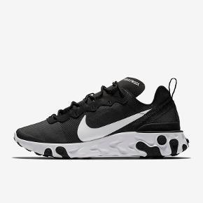 Nike React 55 str. 36,5 (23cm)  Brugt sparsomt. Har ingen synlig slid udover selvfølgelig lidt under og i sålen.   Mødes gerne og handler og ellers sender jeg med dao på købers regning☀️   Byd gerne!