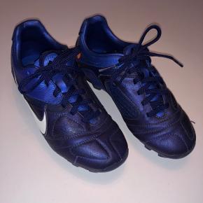 Nike fodboldstøvler str. 33,5. Fin stand.Mp kr 60,-