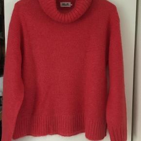 Varetype: Sweater Farve: rød/skær af orange Oprindelig købspris: 1500 kr. Prisen angivet er inklusiv forsendelse.  Meget lækker blød sweater , i 32% Mohair, 28% uld/wool, 40% Polyamid. ALDRIG BRUGT. Farve rød liodt over i orangerød. En lidt vig model med slids i siderne. Længde 56 cm . ærmelængde målt fra skulder 52 cm. Kraven måler 24 cm og kan foldes en eller to gange , efter ønske . Brystvidde 103-104. cm .   Bytter ikke.