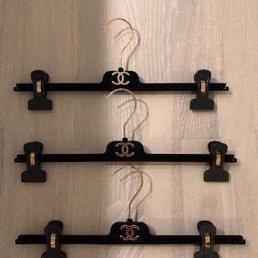 Tre unikke Chanel bøjler i velour sælges, som har været anvendt i deres stores. Pris: 350kr pr. styk eller 900kr for alle 3. Kan afhentes i Aarhus eller sendes med DAO til 38kr.