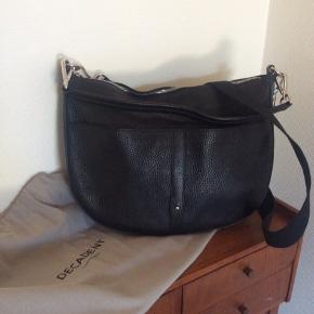Sælger min fine crossbody taske fra Decadent. Modellen hedder Paisley og er udgået. Tasken er ubrugt og fremstår helt uden ridser, slid eller lignende. Der er stort rum som med lynlås, samt en mindre lomme indvendig som også lukkes med lynlås. Desuden har tasken to udvendige lommer foran. Der medfølger to remme. En kort læderrem til at bære i hånden eller på armen og en lang justerbar kanvasrem til at bære på skulderen. Håber tasken kan få en ny ejer, så den kan komme ud af sin dustbag og blive brugt :-)