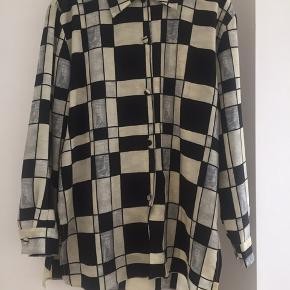 Vintage skjorte i sort, hvid og grå. Skjorten er i super stand og er en US str. 12.