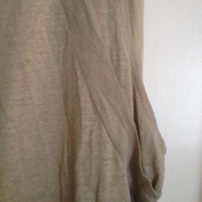 virkelig smuk og speciel kjole i strik og silke. 2 lag.  SÆLGES KUN GRUNDET PENGEMANGEL SE ALLE MINE ANDRE ANNONCER BUD ER BINDENDE OG KØBER BETALER EVT TS GEBYR