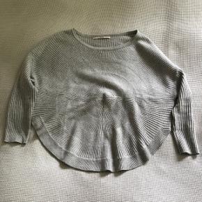 Rigtig fin grå strik bluse fra Only med søde detaljer bl.a. rundskåret forneden, trekvart ærmer og ligner lidt en sol:-) intet slid. Der står str. XS i blusen.
